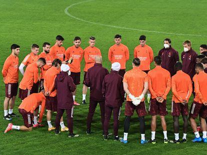 Charla de Zidane este martes en el último entrenamiento en Bérgamo antes del partido contra el Atalanta.