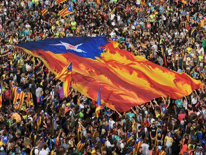 """Los manifestantes sujetan una enorme estelada en el centro de Barcelona. En vídeo, así han sido las """"marchas por la libertad""""."""