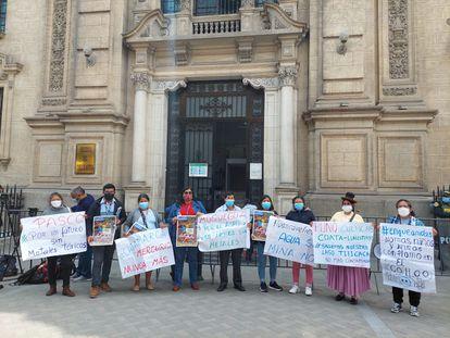 Dirigentes de comunidades afectadas por metales tóxicos, ante la Presidencia del Consejo de ministros, en Lima este martes.