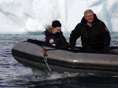 Stephen Harper, primer ministro de Canadá, el mes pasado en una lancha en el Ártico junto a su esposa. / Chris Wattie (Reuters)
