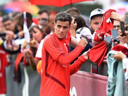 Philippe Coutinho firma autográfos después del entrenamiento del martes con el Bayern. En vídeo, sus declaraciones en la presentación con el equipo.