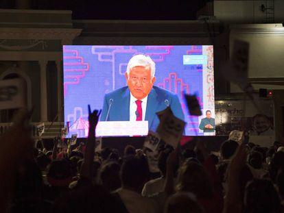 Simpatizantes de Morena ven el debate presidencial en Mérida.