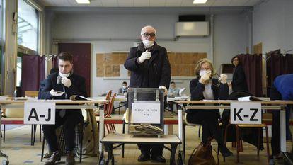 Una mesa electoral el pasado domingo en París.