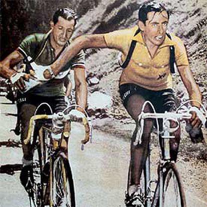 Fausto Coppi (delante) y Gino Bartali comparten una botella de agua durante una etapa del Tour de 1949.