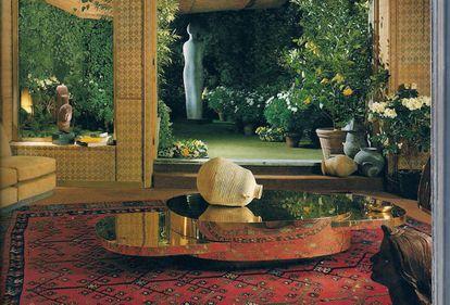 La mesa Elisse, uno de los diseños de la serie Plurimi, una colección de mesas de latón, acero y pexiglás, lujosa pese a su minimalismo futurista, y con piezas extensibles, fotografiada en el salón de la casa de Crespi en Milán (1976). |
