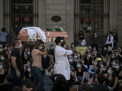 Protesta de los médicos residentes MIR de Cataluña en la Plaza Sant Jaume de Barcelona.