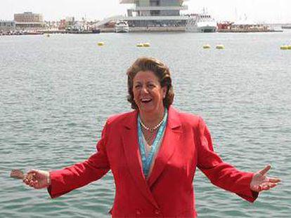 La alcaldesa de Valencia, Rita Barberá, en 2006, en la dársena interior del puerto de Valencia.