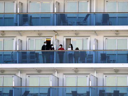 Pasajeros guardan cuarentena en los camarotes del crucero 'Diamond Princess' fondeado en Yokohama, cerca de Tokio.