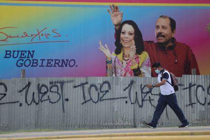 Un hombre pasa ante un cartel con la imagen de Daniel Ortega y Rosario Murillo en Managua, el 21 de junio de 2021.