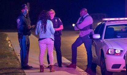 Agentes de policía toman declaración a una testigo en el exterior de las oficinas de FedEx en Indianápolis, este viernes.
