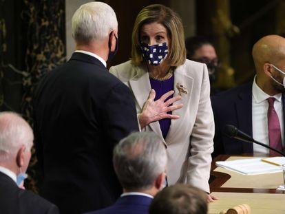 Nancy Pelosi y Mike Pence, en la sesión del Congreso que ratificó la victoria de Biden.