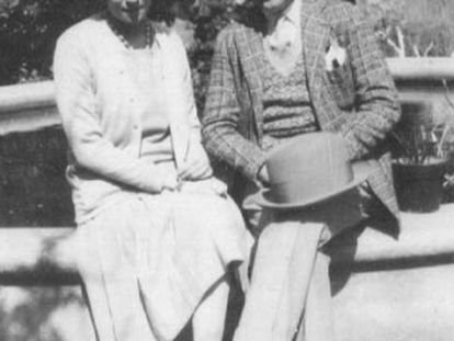 Guillermo de Torre junto a la artista argentina Norah Borges.