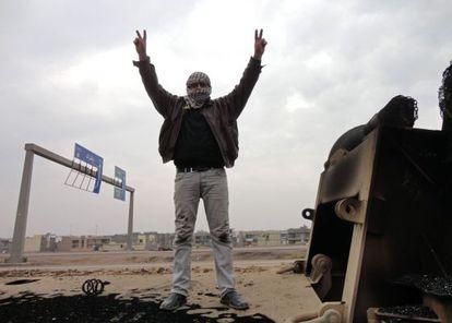 Un insurgente hace el signo de la victoria en una carretera de Faluya, en Irak.