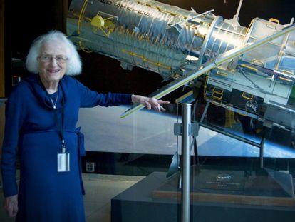 Nancy Grace Roman, junto a una maqueta del telescopio espacial 'Hubble'.