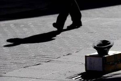 Detalle del sombrero de un mendigo en una céntrica calle de Valladolid. EFE/Archivo