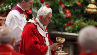 Benedicto XVI, durante la misa de Pentecostés, celebrada este domingo en la basílica de San Pedro del Vaticano.