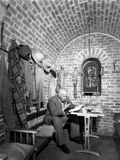 Carl Gustav Jung lee en la Torre de Bollingen (Suiza).