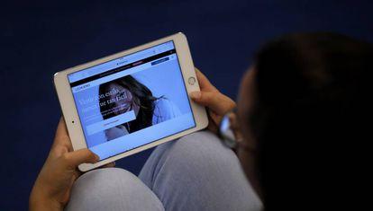 Una joven mira la web Lookiero, de venta por internet.