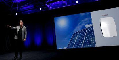 Elon Musk presenta las baterías del hogar de Tesla.