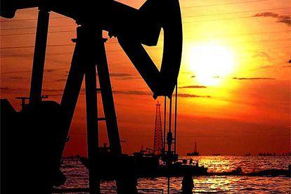 Una planta extractora de petróleo en el lago Maracaibo (Venezuela).