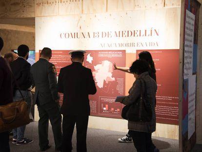 Visitantes de la exposición del Museo de Memoria Histórica de Colombia