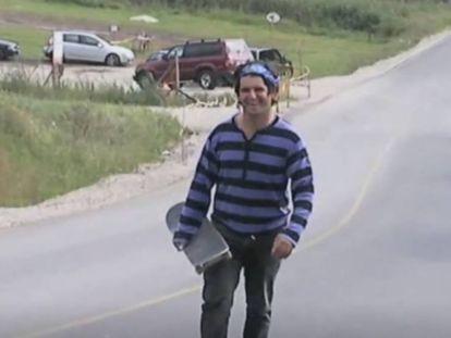 Ignacio Echeverría, el héroe del monopatín del atentado de Londres, en una captura de vídeo.