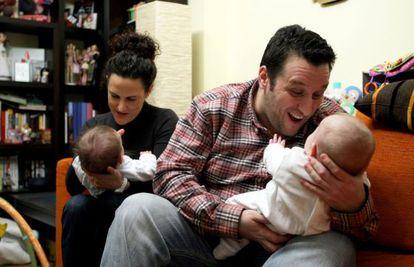 Leyre Goitia e Igor Lansorena con Miren y Ohian, sus hijos mellizos, nacidos por gestación subrogada el pasado mes de julio.