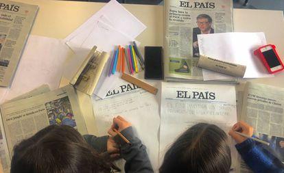 Dos niños en el taller de periodismo este sábado en Bilbao