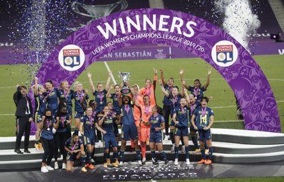 Las jugadoras del Lyon celebran su quinta Champions consecutiva tras derrotar este domingo al Wolfsburgo en el Reale Arena.