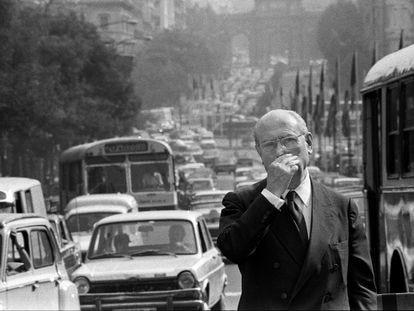 Enrique Tierno Galván, durante la campaña que le llevó a la alcaldía de la capital en 1979.