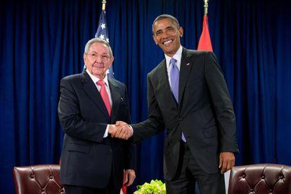 El presidente Barack Obama y el presidente cubano Raúl Castro se dan la mano antes de una reunión bilateral, el 29 de septiembre de 2015, en la sede de las Naciones Unidas.