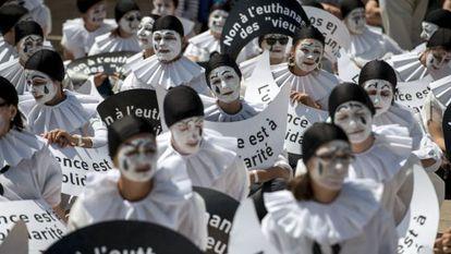 Protesta contra la eutanasia, este martes, en París.