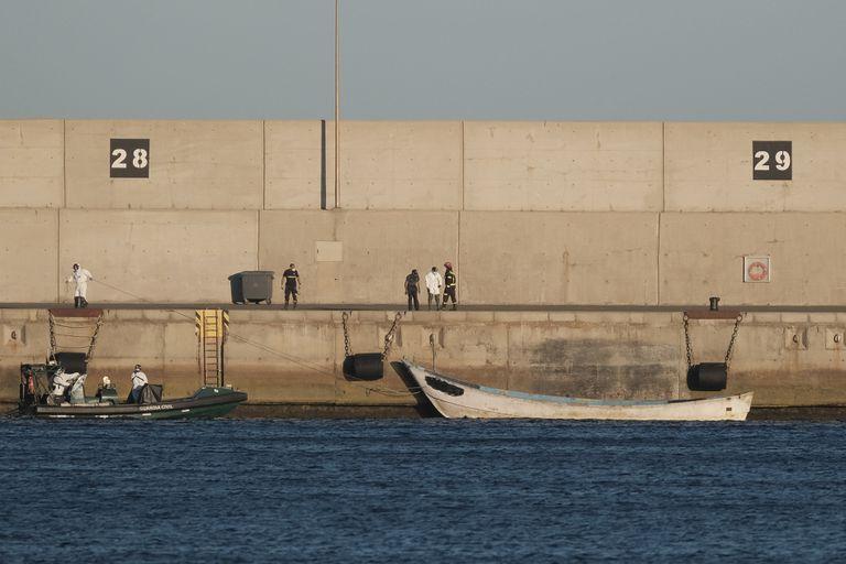 La patrullera de la Guardia Civil Río Tajo remolca hasta el puerto de Arinaga, en Gran Canaria, el cayuco con los cadáveres de 11 personas.