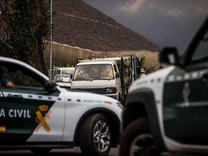 Andrés Concepción hijo conduce una camioneta junto a su padre (centro) y un empleado, para tratar de llegar hasta su finca, cerca de Puerto Naos, este miércoles.
