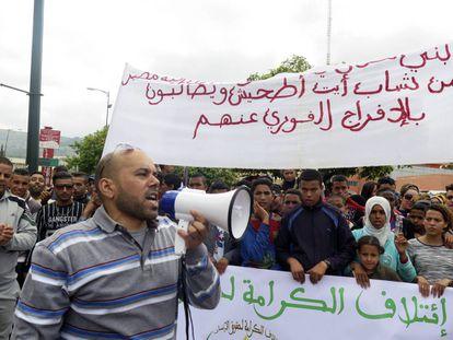 Familiares y amigos de los agresores de un joven gay se manifiestan durante el juicio, el pasado 4 de abril en Beni Melal.