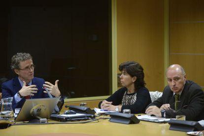 Antonio Pérez a la izquierda junto a dos miembros de la comisión en el Parlamento vasco
