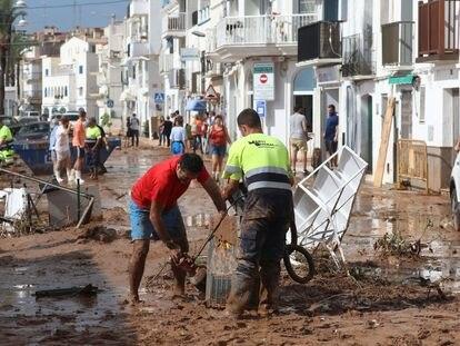 Los vecinos de Alcanar intentan limpiar el barro y arreglar los destrozos causados por el temporal en el municipio de Tarragona.