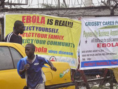 Carteles de alerta por la epidemia de ébola en Monrovia (Liberia).