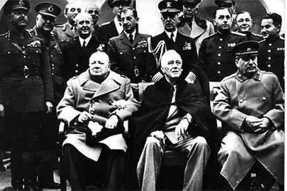 Sentados (de izquierda a derecha), Winston Churchill, Franklin D. Roosevelt y Iósif Stalin, durante la Conferencia de Yalta, en febrero de 1945.