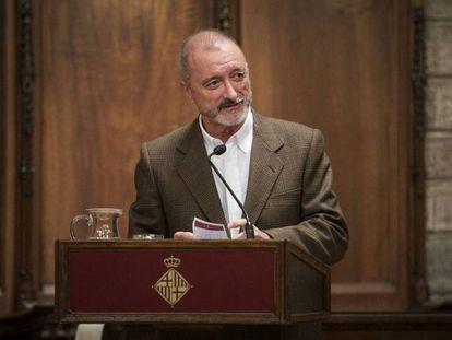 Arturo Pérez-Reverte en el acto de entrega del Premio Barcino de Novela Histórica en el Ayuntamiento de Barcelona.