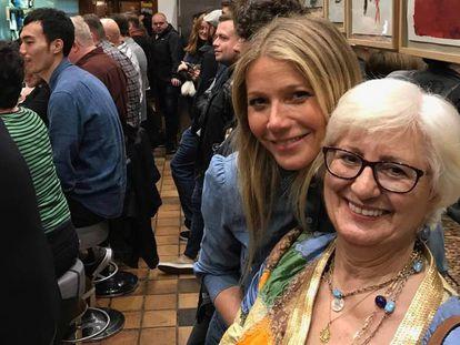 """Gwyneth Paltrow y su """"madre"""" española, Julia Ruiz, en Barcelona."""