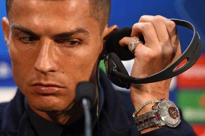 Cristiano Ronaldo durante la conferencia de prensa de este lunes en Old Trafford con el exclusivo reloj en su muñerca.