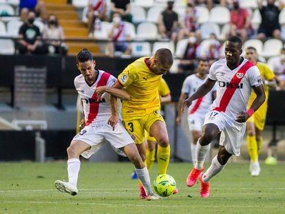 Óscar Valentín y Advíncula intentan cerrarle el paso a Franquesa, autor del primer gol del Girona.