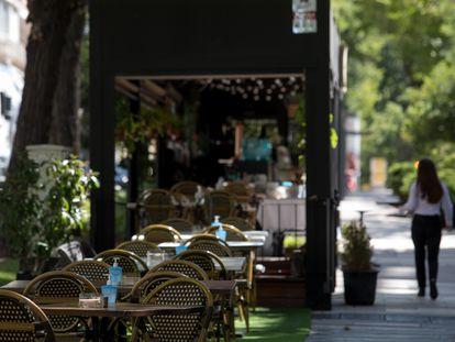 Una terraza de un bar vacía, este viernes en Madrid.