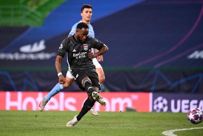 Moussa Dembélé marca su segundo gol al Manchester City en los cuartos de final de la Liga de Campeones que enfrentaron al Lyon con el equipo de Pep Guardiola el pasado mes de agosto en Lisboa.  / (REUTERS)