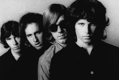 De izquierda a derecha: Jon Densmore, Robbie Krieger, Ray Manzarek y Jim Morrison.