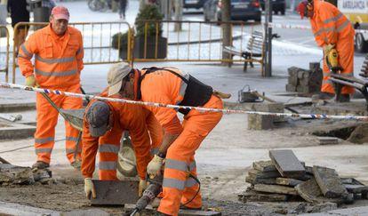 Un grupo de trabajadores realizan diversas tareas en las calles de Valladolid.