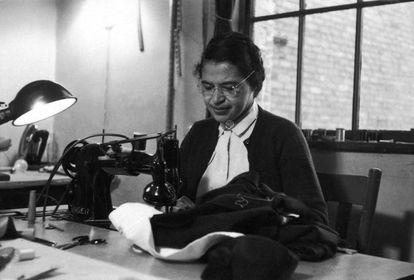La activista Rosa Parks en su taller.
