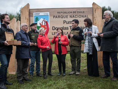 Kris Tompkins, con el brazo levantado, en el acto formal de donación de tierras a Chile.