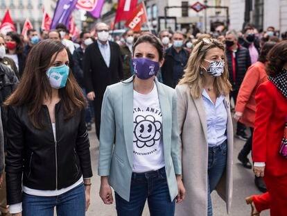 De izquierda a derecha, Ione Belarra, Irene Montero, Yolanda Díaz, y la vicepresidenta primera, Carmen Calvo, en la marcha de Día del Trabajo en Madrid.